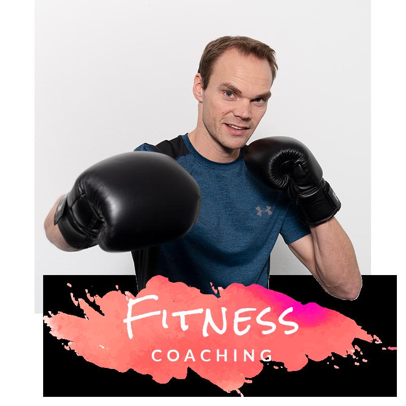 Fitnesstrainer boxt