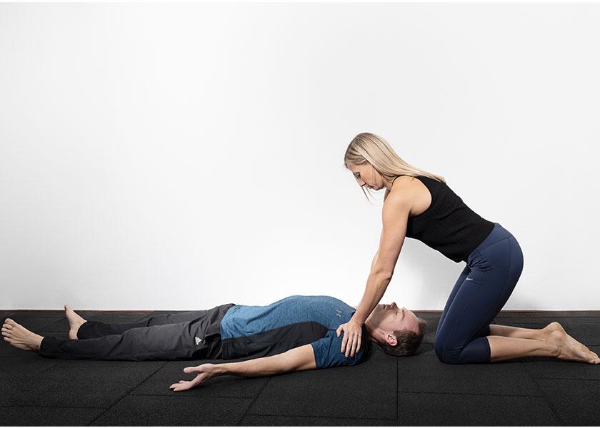 Die Trainerin hilft bei der Entspannung