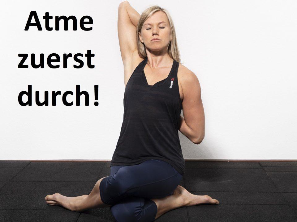Der Coach ist in einer Yoga Pose und entspannt sich