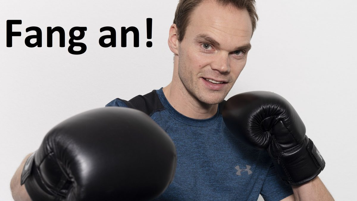 Trainer mit Boxhandschuhe in Boxerpose