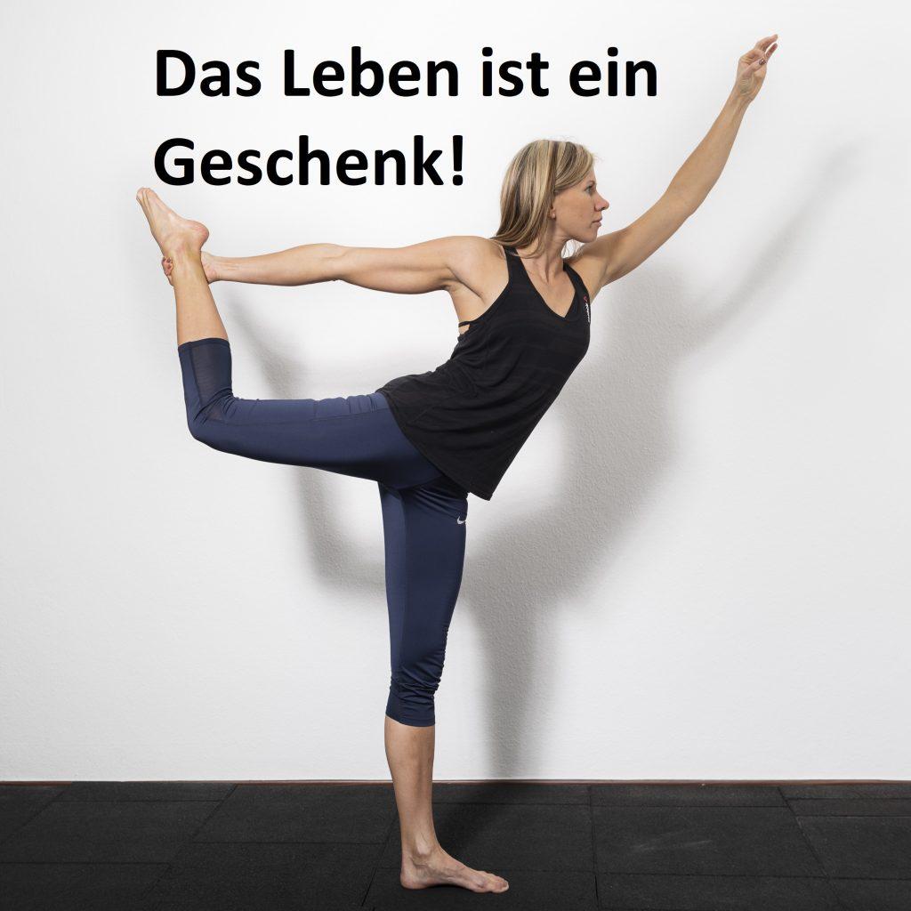 Die Trainerin mach die Yoga Pose Tänzerin