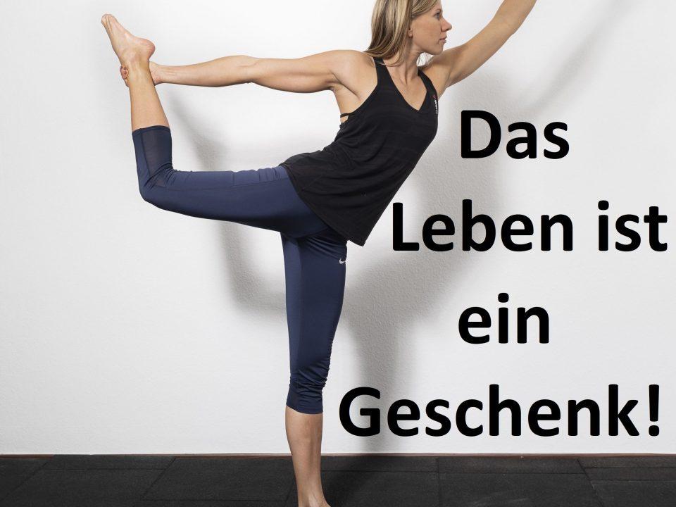 Die Trainerin zeigt die Yoga Pose Tänzerin