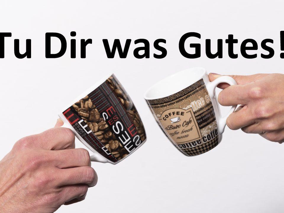 Zwei Kaffeetassen prosten sich zu