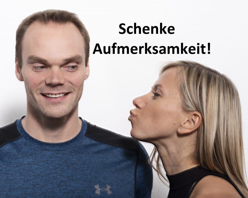 Trainerin küsst Trainer