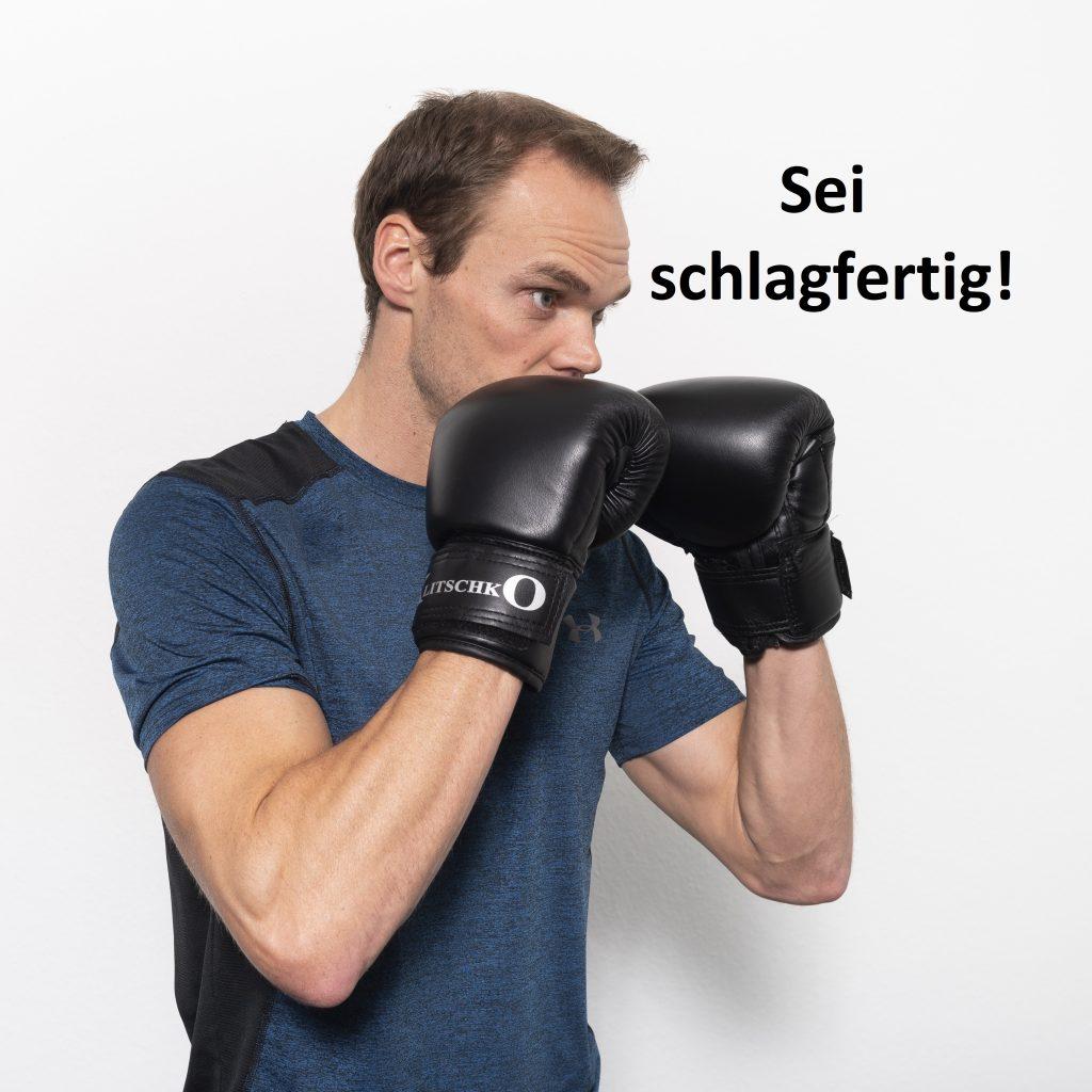 Trainer mit Boxhandschuhen