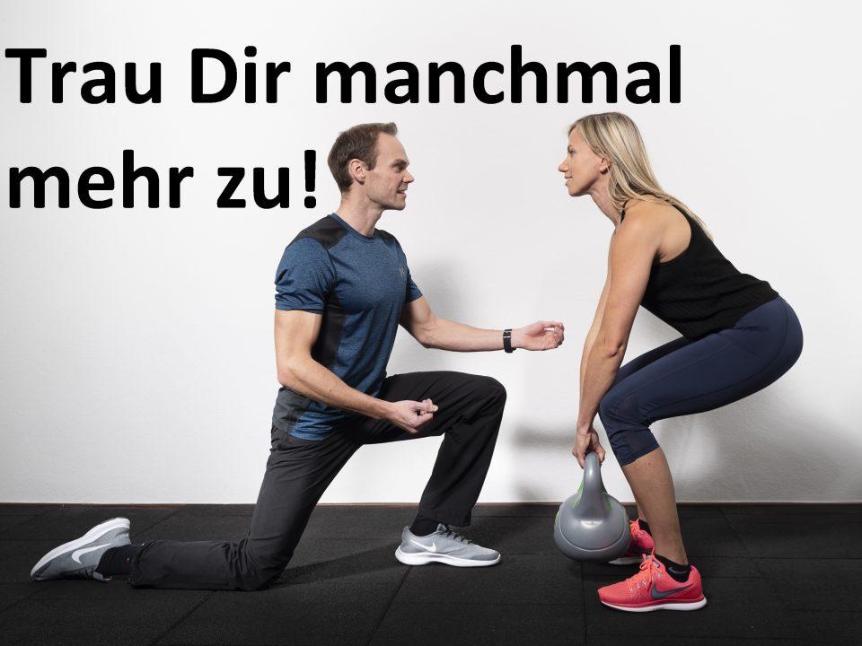 Trainer gibt Haltungstipps zu einer Kettlebell Übung