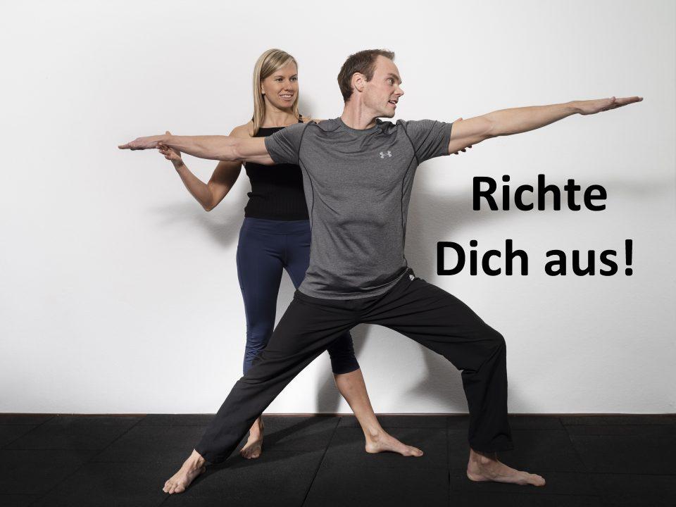Yoga Lehrerin zeigt dem Coachee die Krieger Position