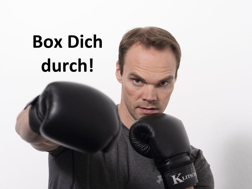 Trainer führt einen Boxschlag aus