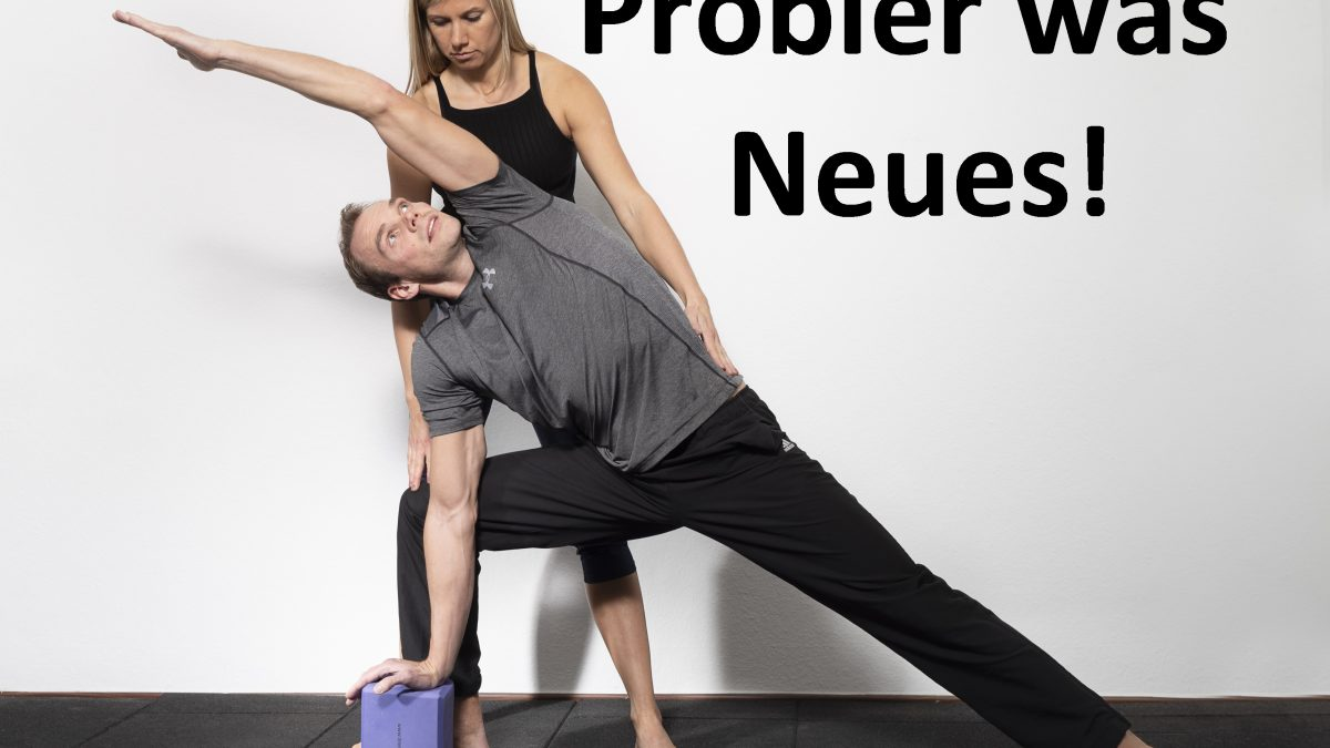 Yoga Trainerin leitet Coachee an