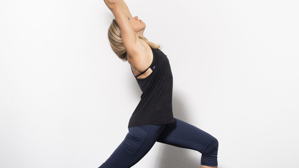 Yoga Trainerin in Dehnungsposition