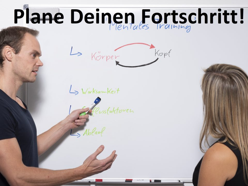 Coach erklärt am Whiteboard den Plan