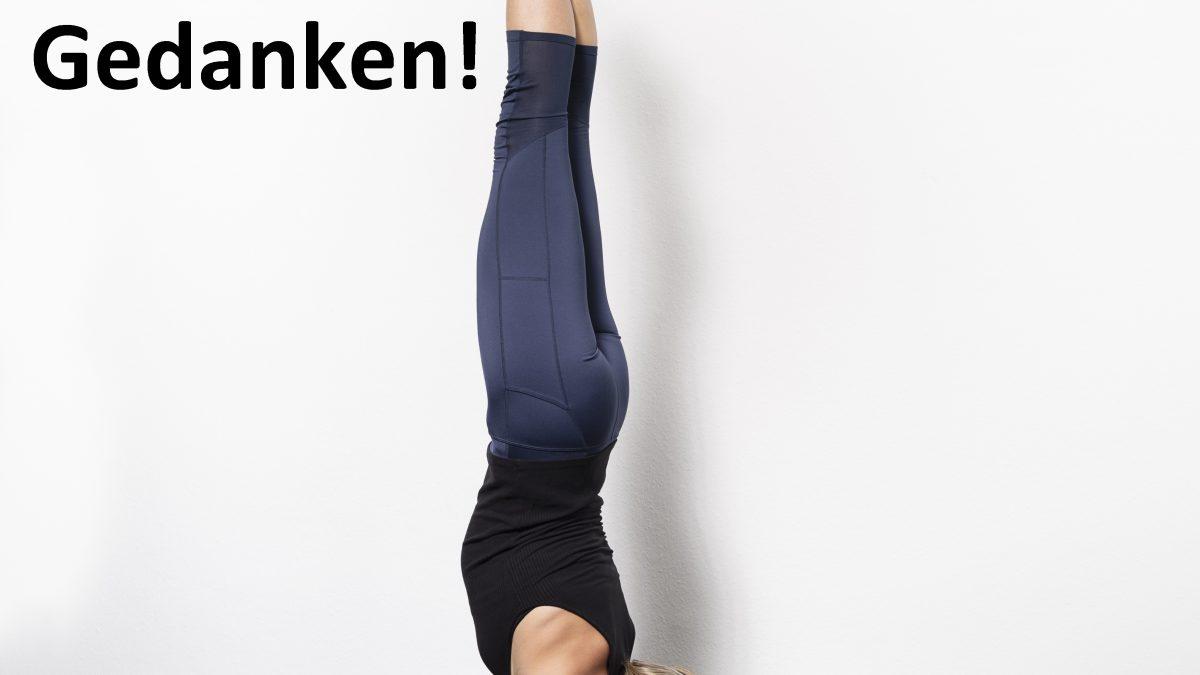 Yoga Lehrerin mach einen Unterarmstand